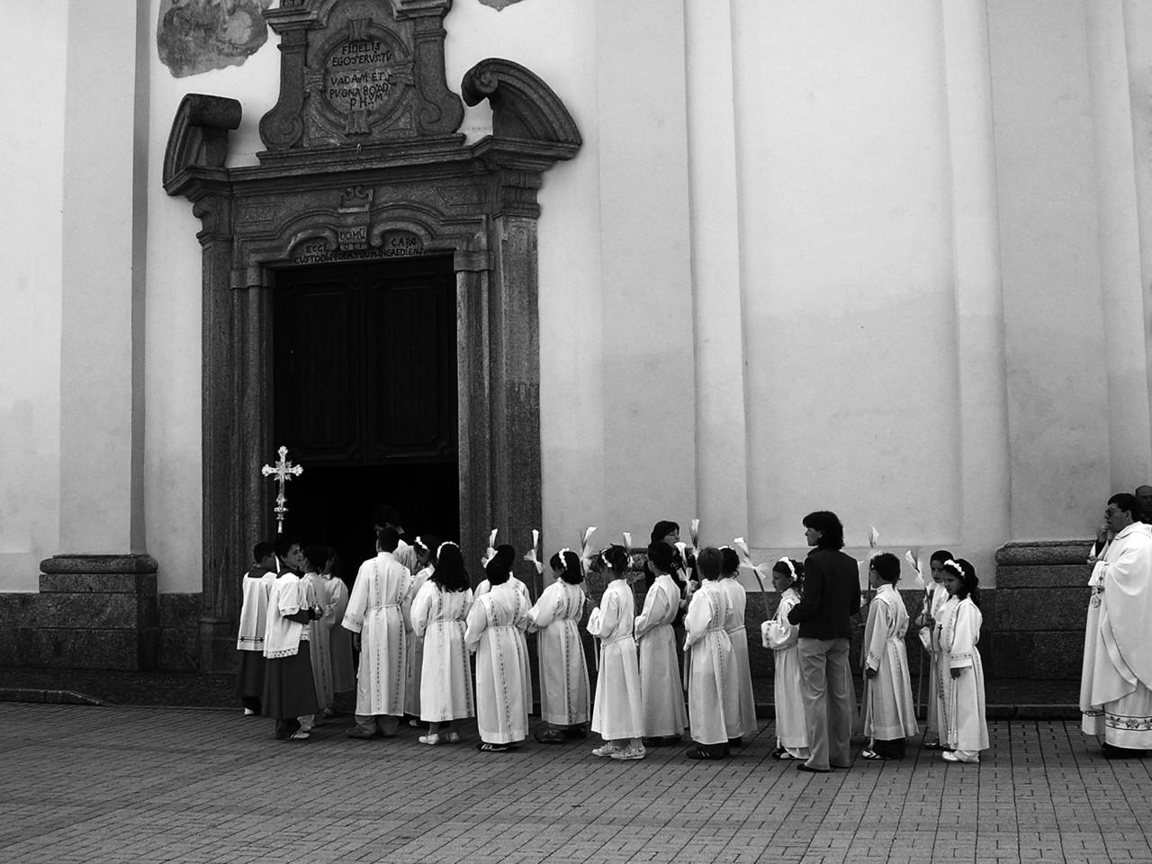 Sukienka komunijna czy alba liturgiczna – co wybrać?